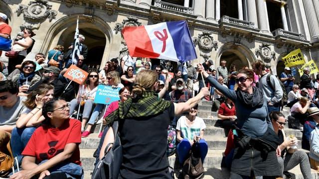 """La """"fête à Macron"""" bat son plein samedi, place de l'Opéra à Paris."""