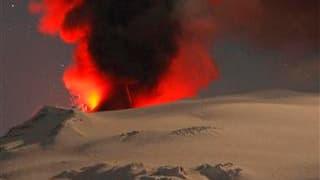 Cendres projetées par l'éruption du volcan Eyjafjöll en Islande. De 20.000 à 25.000 Français étaient encore bloqués à l'étranger ou en outre-mer vendredi matin par les perturbations du trafic aérien nées de l'éruption de ce volcan, selon le ministère des