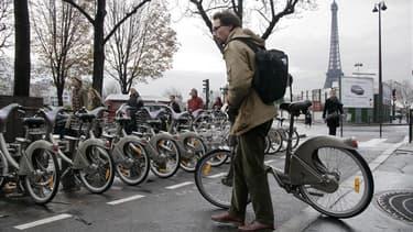 Le vélo en libre-service lancé à Paris en juillet 2007, fête son cinquième anniversaire. Loin de se démentir, son succès s'amplifie. Depuis son inauguration, plus de 130 millions de trajets ont été réalisés. /Photo d'archives/REUTERS/Mal Langsdon
