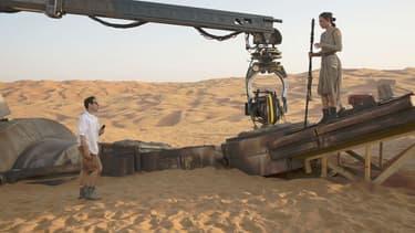 """J.J. Abrams et Daisy Ridley pendant le tournage de """"Star Wars VII"""""""