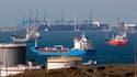 Pétroliers bloqués en rade de Marseille, devant les terminaux de Fos-Lavera. La grève dans les terminaux pétroliers du port provençal, qui menace le Sud-Est de la France d'une pénurie de carburant, est entrée mercredi dans son dixième jour. /Photo prise l