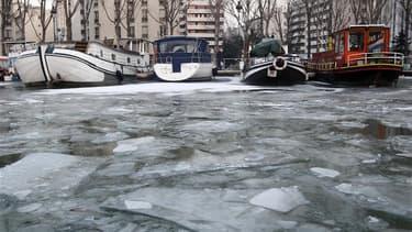 Sur le canal de La Villette, à Paris. La vague de froid, qui doit se poursuivre dans les prochains jours, a fait au moins cinq morts supplémentaires en France dans le nord du pays et à Paris. Le bilan serait donc de huit morts au moins mais ce chiffre est