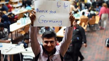 Un migrant remercie l'Allemagne à son arrivée à Dortmund, le 6 septembre 2015