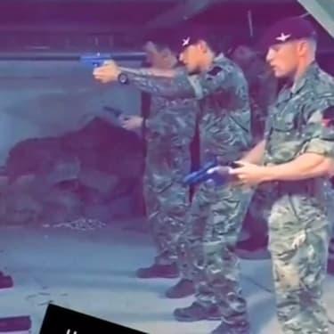 Des soldats britanniques tirent sur un portrait  du leader de l'opposition, Jeremy Corbyn