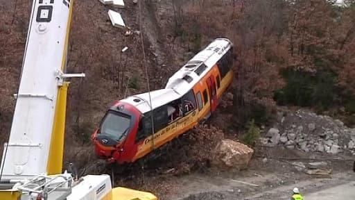 La rame détachée du train a été descendue à l'aide d'une grue sur la nationale en contre-bas.