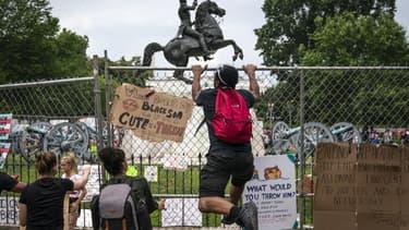 Des manifestants tentent de mettre à terre une statue d'Andrew Jackson, le 22 juin 2020 à Washington (USA).