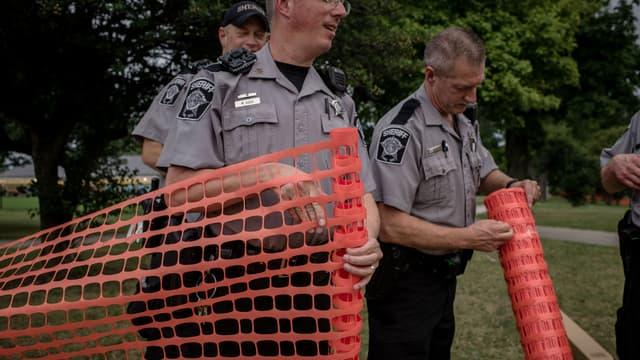 Des policiers encerclent le périmètre du parc Sherman de Milwaukee (Wisconsin) le 15 août 2016, après les manifestations qui ont fait suite à la mort de Sylville Smith.