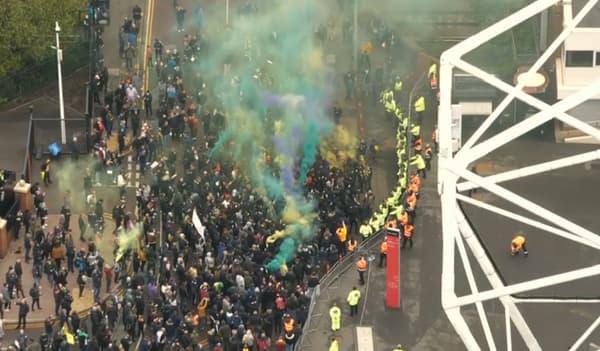 Les supporters de Manchester United se massent devant l'entrée d'Old Trafford