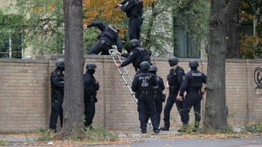 Des policiers allemands lors de l'opération à Halle ce mercredi.