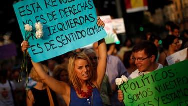 """""""Cette révolution n'est ni de droite, ni de gauche, c'est le bon sens""""… En Espagne, des dizaines de milliers des protestataires sont rassemblés sur les places principales de nombreuses villes depuis le 15 mai, contre la stagnation économique et l'austérit"""
