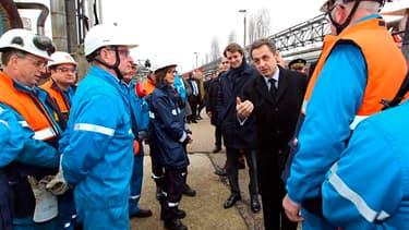 Lors de sa visite sur le site, Nicolas Sarkozy a annoncé qu'un accord avait été conclu avec Shell pour faire redémarrer temporairement la raffinerie Petroplus de Petit-Couronne, en Seine-Maritime. /Photo prise le 24 février 2012/REUTERS/Kenzo Tribouillard