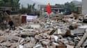 A Longmen dans le comté de Lushan. Le bilan du séisme de magnitude 6,6 qui s'est produit la veille dans une zone montagneuse et isolée du Sichuan, dans le centre de la Chine, a atteint dimanche 164 morts et 6.700 blessés, selon la presse officielle. /Phot