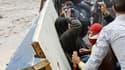 Manifestants dans une rue proche de la place Tahrir, au Caire. Les affrontements entre les forces de l'ordre égyptiennes et les protestataires qui réclament que l'armée quitte le pouvoir ont fait au moins 33 morts. /Photo prise le 21 novembre 2011/ REUTER