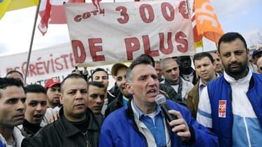 Philippe Julien s'exprime devant une centaine d'ouvriers en grève devant l'usine PSA Peugeot-Citroën d'Aulnay-sous-Bois, le 16 mars 2007.