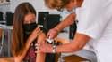 Une adolescente reçoit une dose de vaccin Pfizer BioNTech contre le Covid-19 au collège Bernard de Ventadour à Privas, dans le sud-est de la France, le 6 septembre 2021.
