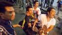 Evacuation d'une blessée après une explosion à Bangkok. Une série d'explosions, déclenchées selon l'armée par des grenades, a fait au moins cinquante blessés, dont des étrangers, jeudi soir dans le quartier des affaires de la capitale thaïlandaise. /Photo