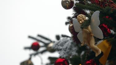 Des décorations dans un sapin de Noël (photo d'illustration)
