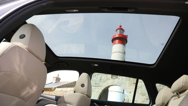 Skoda a fait très attention au confort des passagers à l'arrière, avec des prises USB, beaucoup de lumière avec le toit panoramique, et trois vraies places.