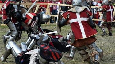 """Des """"chevaliers"""" autrichiens et danois lors du championnat du monde de chevalerie au château de Malbork en Pologne, le 3 mai 2015"""