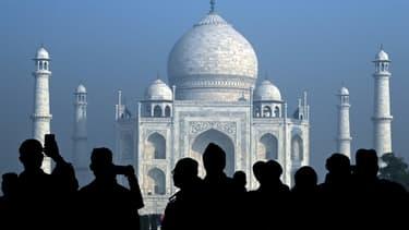 Des touristes visitent le Taj Mahal, à Agra le 12 janvier 2020 (photo d'illustration)