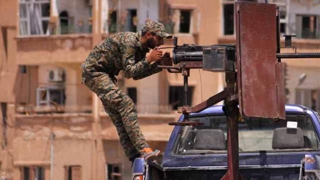 Un soldat kurde derrière une mitrailleuse dans la province d'Hassaké - Delil Souleiman-AFP