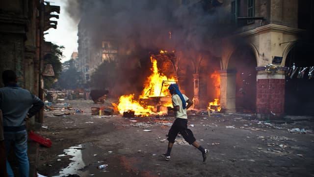 Un manifestant pro-Morsi dans les rues du Caire, vendredi 16 août.