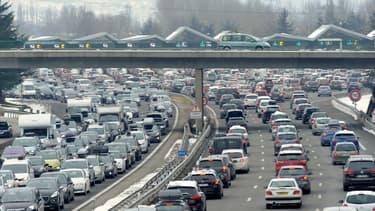Vue de véhicules dans les embouteillage, sur la route. (Photo d'illustration)