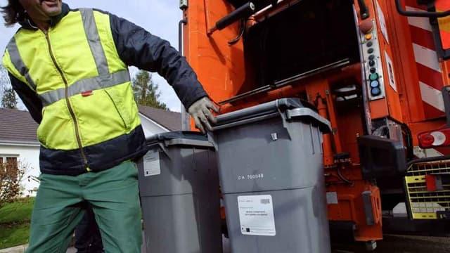 Un éboueur travaillant avec un camion-poubelle (illustration)