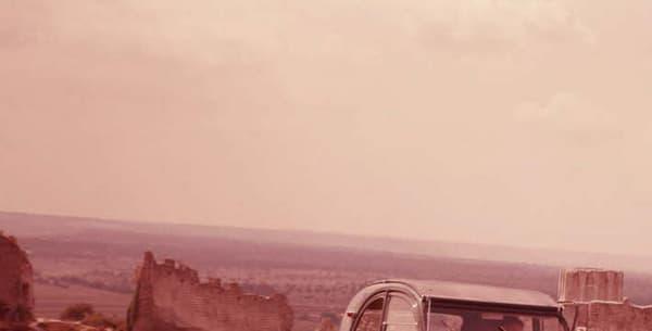 L'apogée de la carrière commerciale comme cinématographique de la 2CV se situe dans les années 60 et 70. Au total, 5,1 millions de 2CV ont été vendues dans le monde.