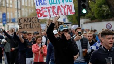 Des supporters de Chelsea manifestant contre la Super League, à Londres le 20 avril 2021