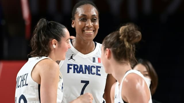 La joie des Françaises Sandrine Gruda (c), Sarah Michel et Alix Duchet, après leur victoire (87-62) face au Nigéria, lors de leur match du 1er tour, le 30 juillet 2021 aux Jeux Olympiques de Tokyo 2020