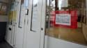 Porte d'une école primaire parisienne sur laquelle est placardé un avis de grève, ce jeudi.