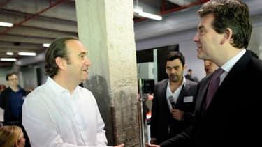 En juin 2013, à l'assemblée annuelle de l'Electronic Business Group, poignée de main entre Arnaud Montebourg et Xavier Niel.