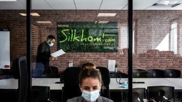 Un employé porte un masque dans une petite entreprise de Lyon (France) le 1er septembre 2020