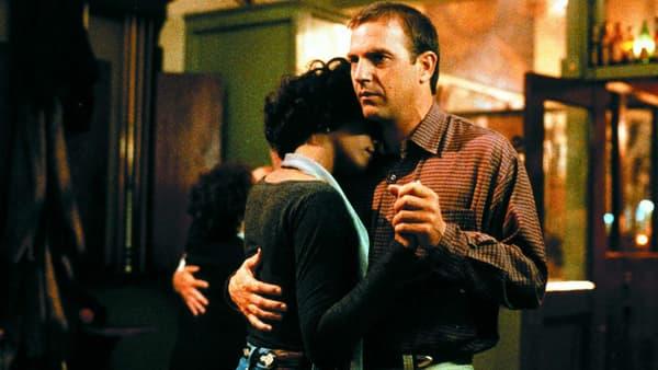 """Kevin Costner et Whitney Houston dans """"Bodyguard"""" en 1992"""
