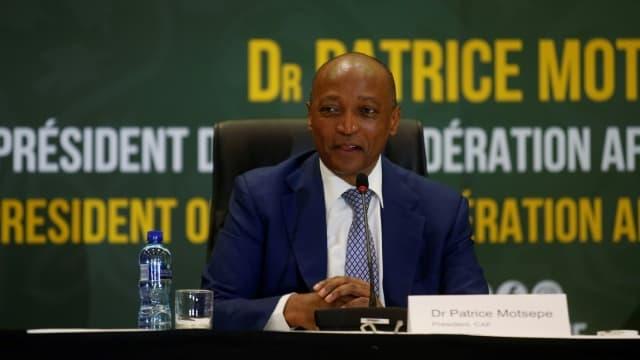 Le nouveau président de la CAF Patrice Motsepe lors d'un point presse de rentrée à Johannesburg, le 16 mars 2021