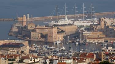 Un corps calciné dans une oiture en feu a été retrouvé à Marseille dans la nuit de mercredi à jeudi.