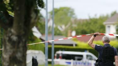 Des policiers à Magnanville, dans les Yvelines, mardi 14 juin, près de la maison où un couple de policiers a été tué  (photo d'illustration)