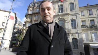 Robert Ménard devant la mairie de Béziers en janvier 2014.