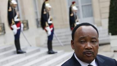 Le président du Niger Mahamadou Issoufou à sa sortie de l'Elysée vendredi. Les quatre otages français enlevés en septembre 2010 dans le nord du Niger sont vivants, a-t-il assuré dans une interview à France 24 diffusée samedi. /Photo prise le 10 mai 2013/R