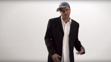 """Pascal Légitimus dans le clip de son rap parodique """"C'est le rap d'un monde qui dérape""""."""