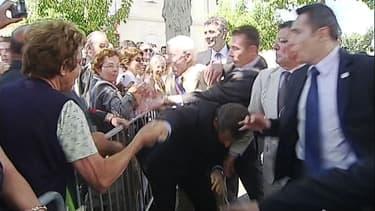 Nicolas Sarkozy attrapé par le col lors d'un déplacement dans le Lot-et-Garonne, en juin 2011.