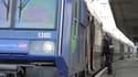 Un policier rentre dans un  train du réseau Transilien SNCF (photo d'archives).