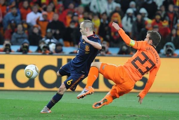 Le but d'Iniesta en finale de la Coupe du monde sous les yeux de Rafael Van der Vaart, impuissant