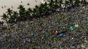 Les manifestants défilent sur la célèbre plage de Copacabana, à Rio de Janeiro, dimanche 15 mars.