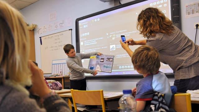 Le portable devrait être interdit à l'école et au collège (photo d'illustration).