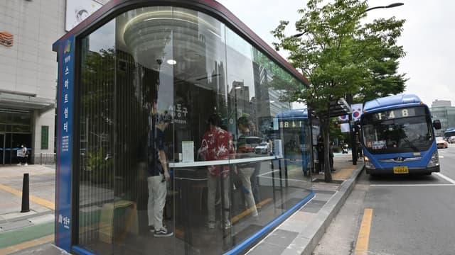 A l'intérieur de cet arrêt de bus qui ressemble à une large cabine vitrée, le système de climatisation est équipé de lampes à rayons ultraviolets destinées à éliminer le virus tout en rafraîchissant la température.