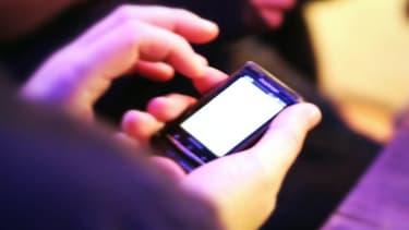 Se réveiller la nuit pour répondre à un texto aurait de grave conséquences sur le sommeil.