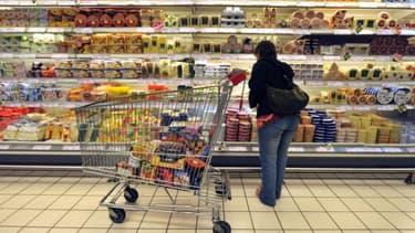 Une femme dans un rayon de supermarché (PHOTO D'ILLUSTRATION).