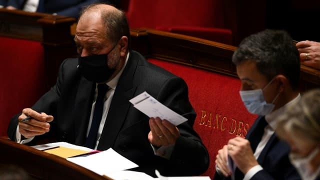 Eric Dupond-Moretti (g) et Gerald Darmanin (d) à l'Assemblée nationale à Paris le 12 janvier 2021